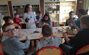 Atelier tissage : bracelets brésiliens réalisés par les grands
